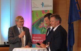 Landesärztekammer-Präsident Frank-Ullrich Schulz, Moderator Mario Schmidt und GeWINO-Geschäftsführer Prof. Dr.-Ing. Thomas P. Zahn (vlnr)