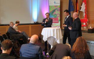 Dialog Infrastruktur: Peter Deider, Telekom, Moderator Mario Schmidt und Tim Brauckmüller, Breitbandbüro des Bundes (Foto: Staatskanzlei)