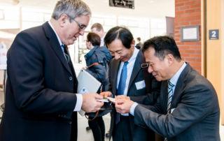 Wirtschaftsminister Jörg Steinbach im Gespräch mit Teilnehmern auf der Digitalisierungskonferenz