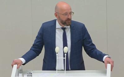 Staatssekretär Thomas Kralinski stellt die Digitalisierungsstrategie des Landes im Landtag vor (Foto: Screenshot rbb-online.de)