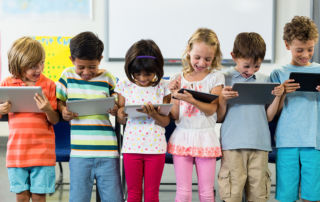 Schulkinder mit Tablets (Foto: WavebreakmediaMicro – stock.adobe.com)