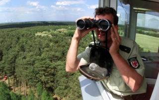 Ranger auf Feuerwachturm (Bild: Reuters stock.adobe.com)