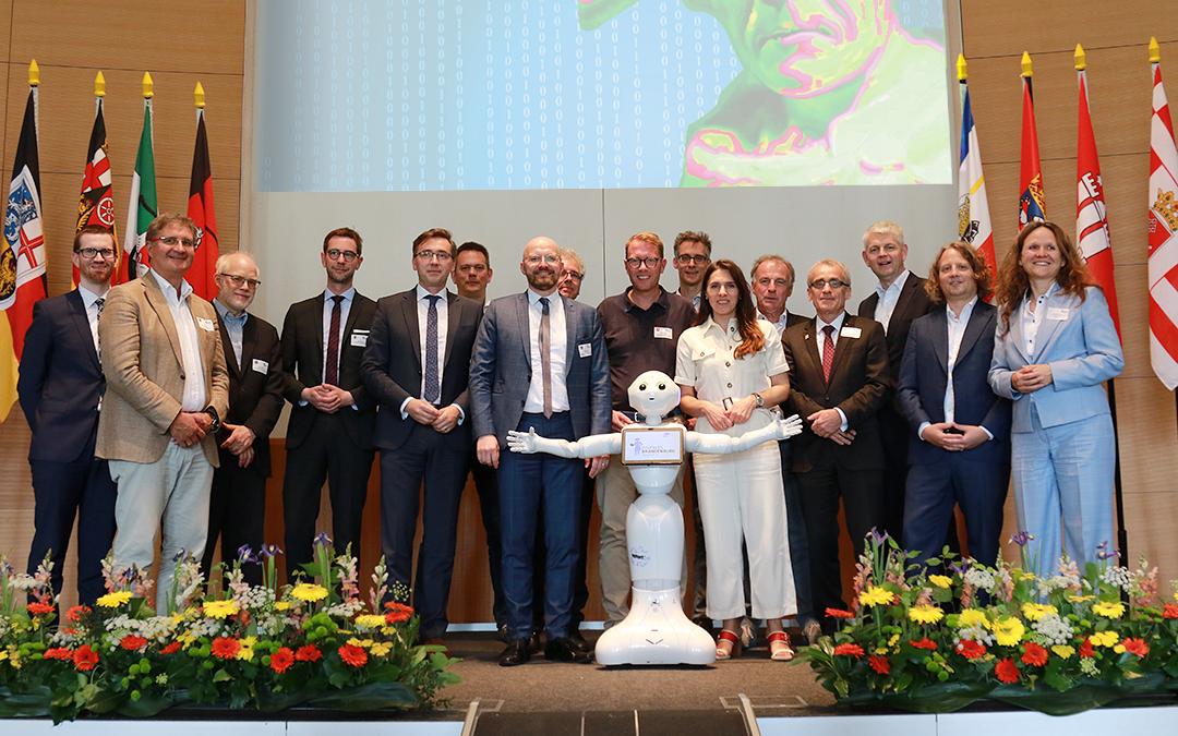 Gruppenbild der Digitalkoordinatoren der Länder mit Roboter Bernd