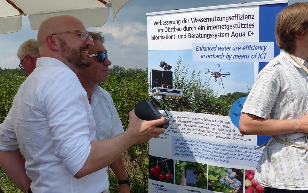 Staatssekretär Thomas Kralinski und der Landtagsabgeordnete Günter Baaske informieren sich über digitale Bewässerung von Heidelbeerkulturen in Beelitz. (Bild: Staatskanzlei)