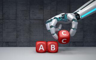Roboter-Hand mit Buchstabenwürfeln (Bild: Alexander Limbach - adobe.stock.com)