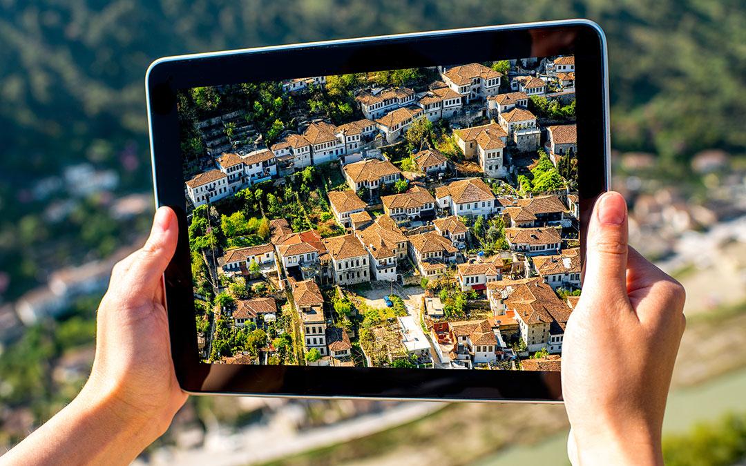 Foto einer Kleinstadt auf einem Tablet (Bild: rh2010 - adobe-stock.com)