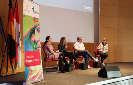 Podiumsdiskussion KI-Konferenz vlnr Irina Eckardt, Viktoria Grzymek, Philipp Otto, Heike Schmoll