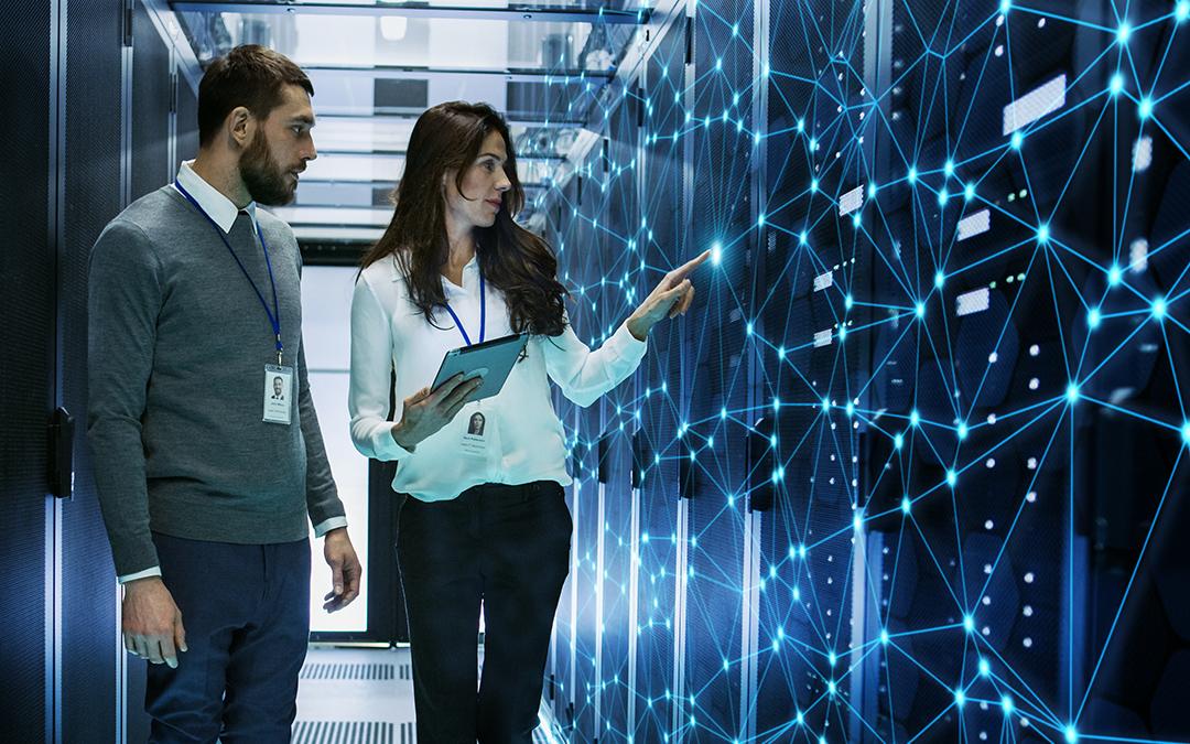 Ein weiblicher und ein männlicher Technical Engineer besprechen Details in einem Working Data Center (Foto: Gorodenkoff – stock.adobe.com)