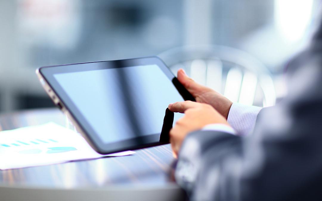 Betrachten von Dokumenten mit einem Tablet-Computer (Foto: ASDF – stock.adobe.com)