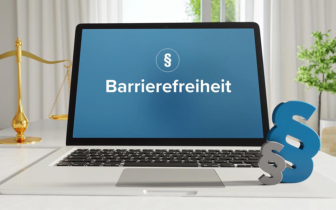 Barrierefreiheit im Netz – Symbolbild mit Laptop, Waage und Paragraphenzeichen