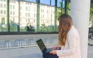 junge Frau mit Laptop beim mobilen Arbeiten